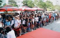 Hàng trăm fan xếp hàng từ sáng sớm mua album của Sơn Tùng M-TP