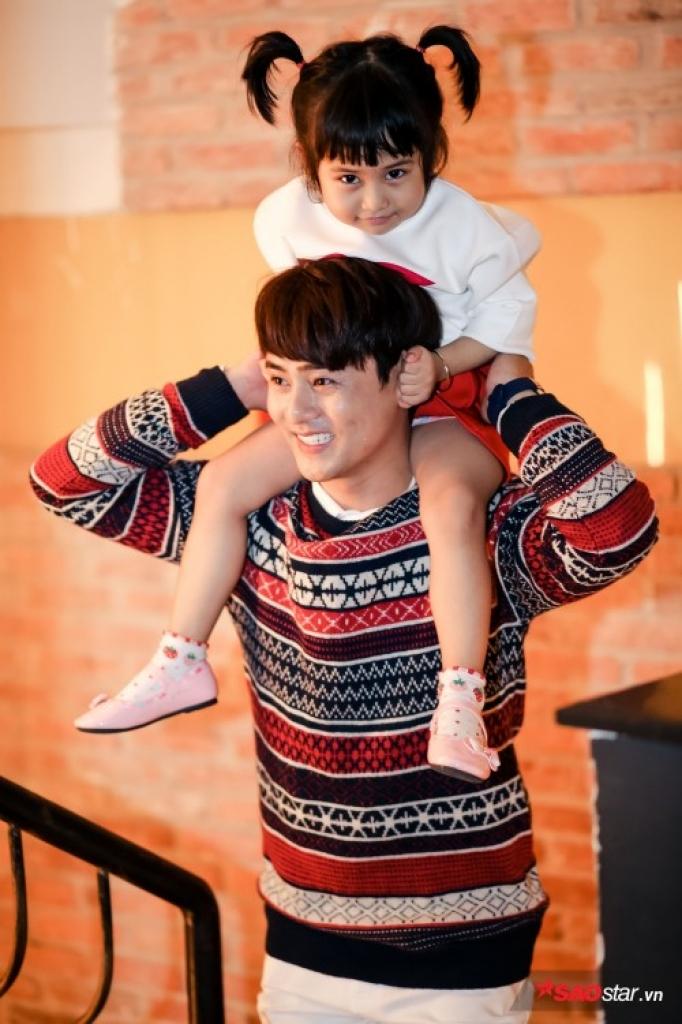 ung dai ve va con gai trang tri thiep hanh phuc don giang sinh ben nhau