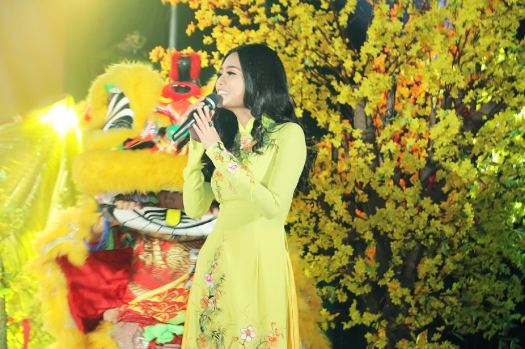 lan dau cam mic hoa hau dy kha han khoe giong hat lam lay dong long nguoi trong dem nhac tu thien