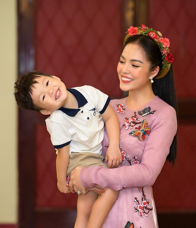 con trai duong cam lynh hao hung thap tung me di dien