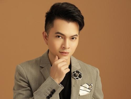 nam cuong tong ket 1 nam cham chi bang liveshow mien phi 100 cho khan gia