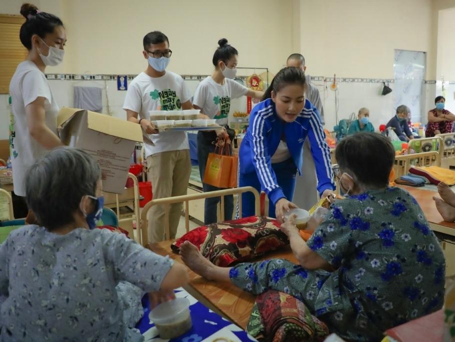 Ngọc Lan mang bữa cơm may mắn đến với người già neo đơn, lao động nghèo