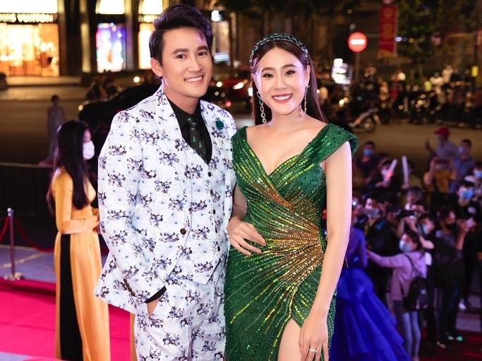 Hồ Bích Trâm được Hà Trí Quang tận tình chỉnh trang phục trên thảm đỏ