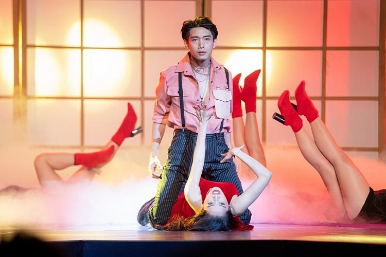 Quang Đăng làm mới vũ đạo 'Shh! Chỉ ta biết thôi', biểu diễn cực ăn ý cùng Chi Pu