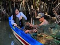 'Ngày may mắn': Vân Trang chèo ghe tới thăm gia đình chài lưới dưới chân cầu