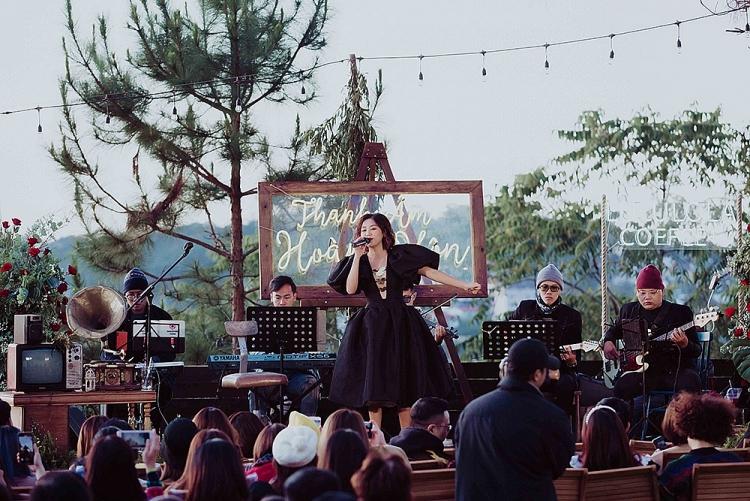Văn Mai Hương hát live hơn 20 bài trong đêm nhạc 'Thanh âm hoàng hôn'