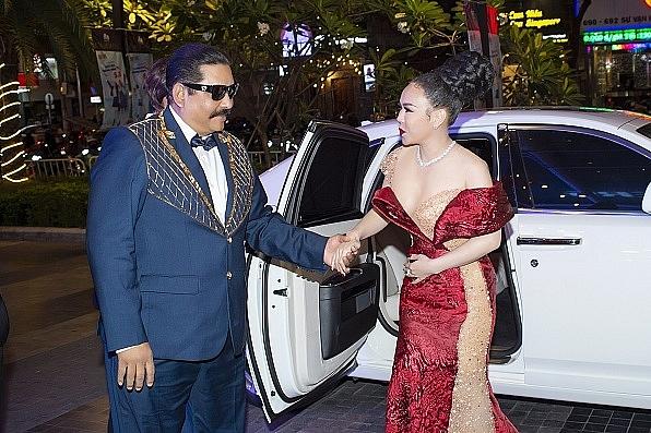 Việt Hương khoác tay 'ông trùm' Raja đi Rolls-Royce đến ra mắt phim 'Sám hối'