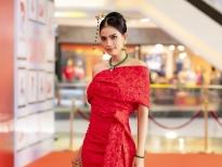 Trương Thị May gây ấn tượng với trang sức đá khổng tước và váy dạ hội gợi cảm