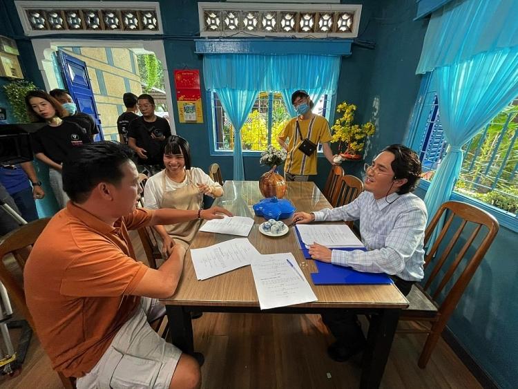 Huỳnh Lập bê nguyên xi hóa trang Tổ trưởng dân phố đi nhận giải Mai vàng 2020