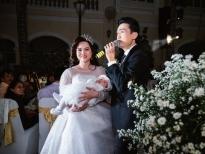 Ca sĩ Triệu Long xúc động đón cô dâu bế con vào lễ đường