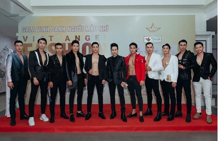 Ca sĩ Nguyên Vũ trình diễn trang phục lạ mắt của NTK Ngô Quang Phong