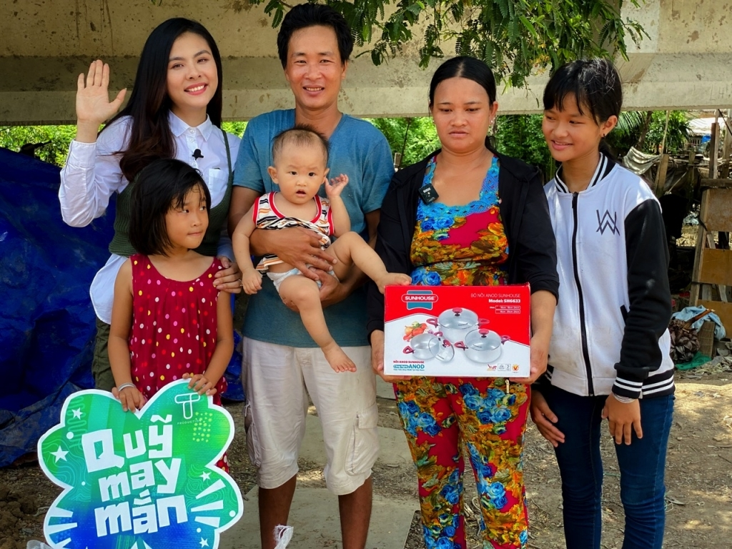 'Ngày may mắn': Vân Trang đưa gia đình nghèo sống tạm bợ bên sông Sài Gòn đi du xuân đầu năm