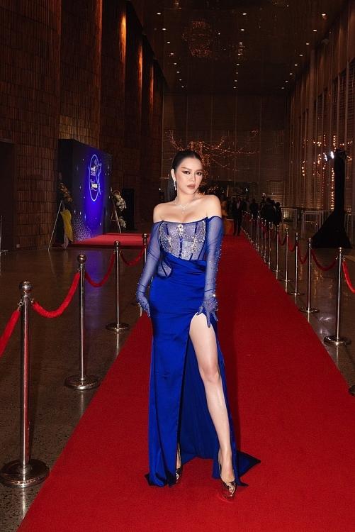 Lý Nhã Kỳ gợi cảm với váy Đỗ Long trên thảm đỏ Ngôi sao của năm