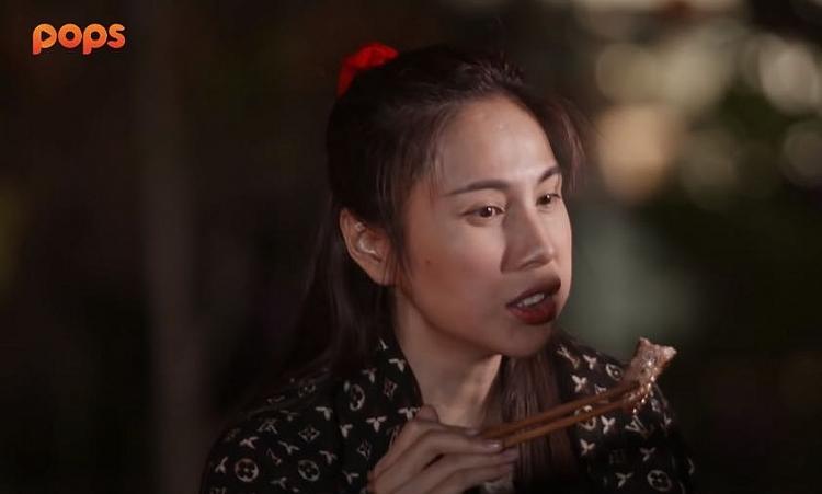 Thủy Tiên có lẽ là người phụ nữ hạnh phúc nhất, khi được cả Trường Giang và Công Vinh trổ tài nấu nướng một buổi BBQ với đầy ắp đồ ăn
