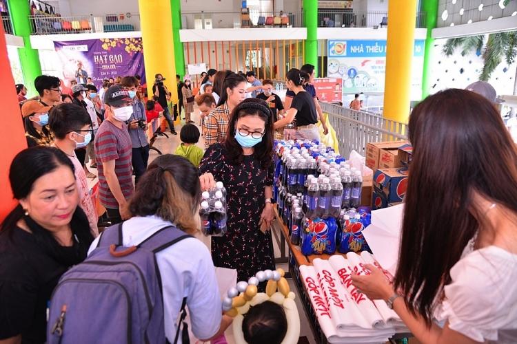 Hoa hậu H'Hen Niê, NSND Kim Xuân mang Tết sớm đến với trẻ em bị ảnh hưởng bởi HIV/AIDS