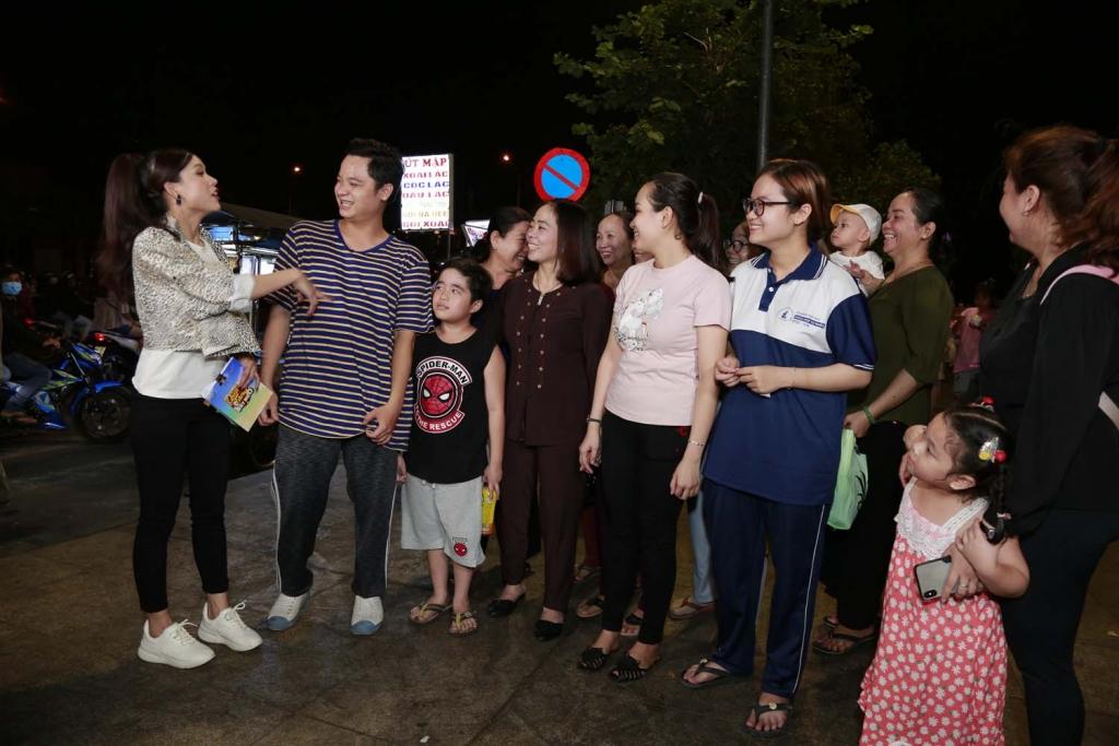 Sam hội ngộ chị Cano Lê Nhân tại gameshow đường phố 'Quà tặng bất ngờ'