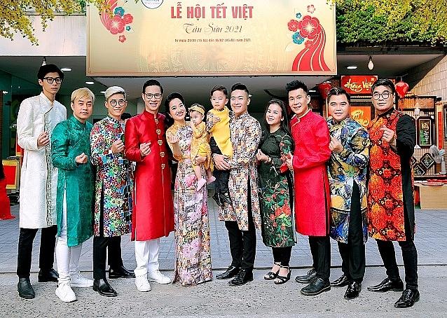 Sao Việt hẹn hò tại 'phố ông đồ'