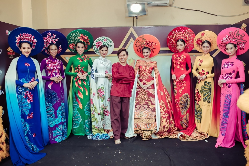 thi sinh loi nguoc dong ly thanh thao dua ao dai 8 met len san khau