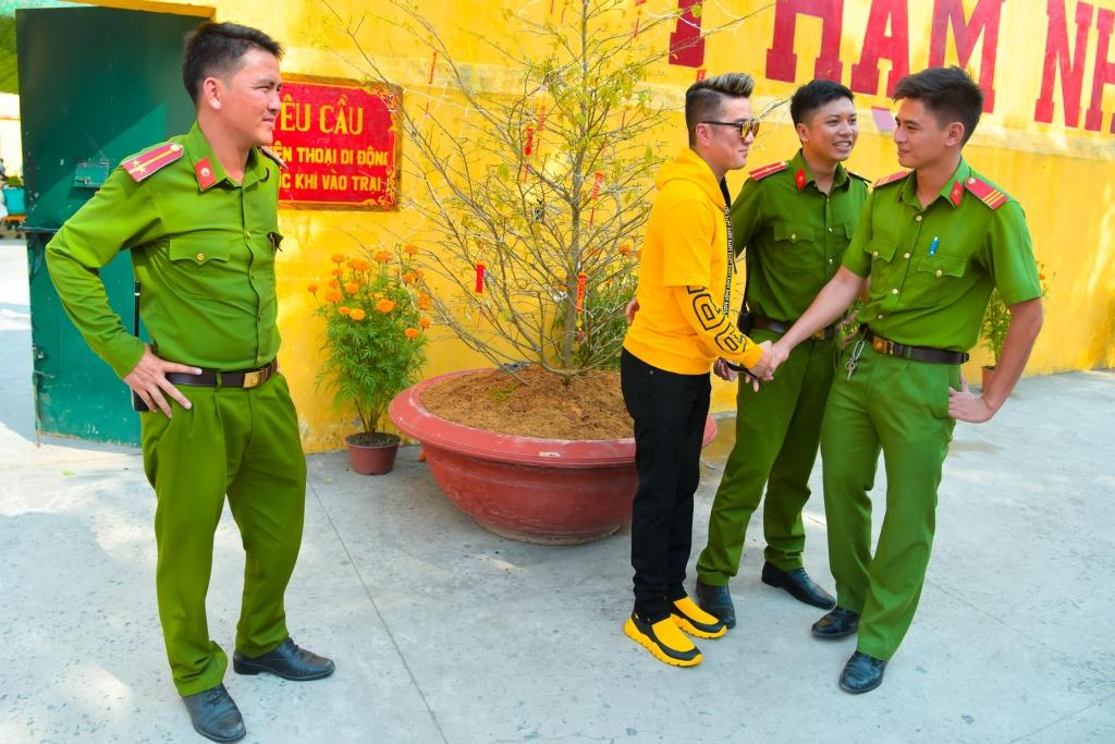 dam vinh hung ru truong giang phi nhung di dien cho pham nhan mung xuan moi