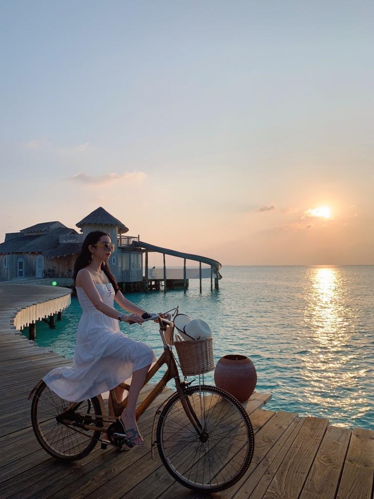 hoa hau huynh vy khoe 3 vong nong bong tai dao quoc xinh dep maldives
