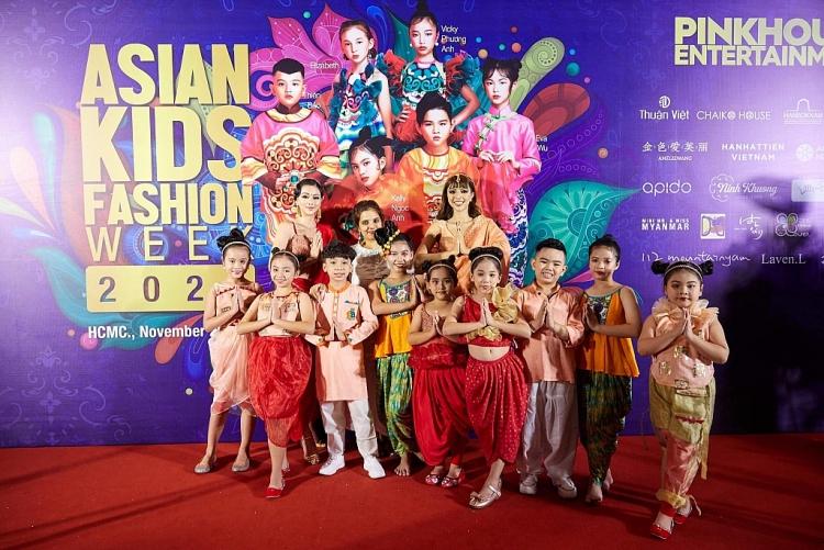 hoa hau phuong khanh thu suc lam vlog