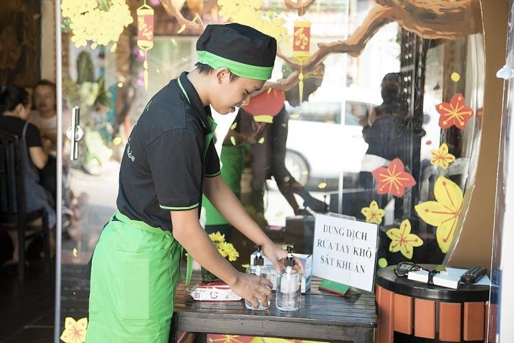 phi nhung cung cac con phat tang khau trang tai nha hang chay