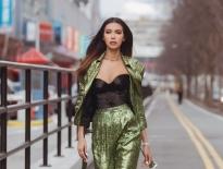 new york fashion week ngay dau tien minh tu ca tinh trong outfit mau neon noi bat