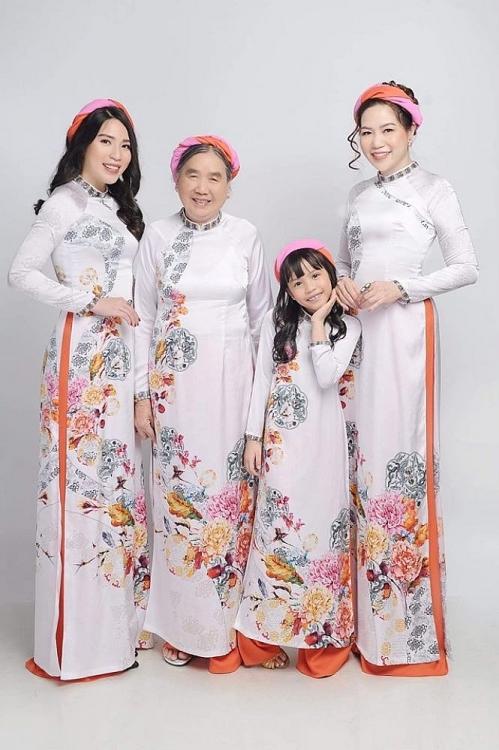 Độc đáo bộ ảnh gia đình 4 thế hệ của Hoa hậu Trịnh Vân Anh trong áo dài  của NTK Việt Hùng