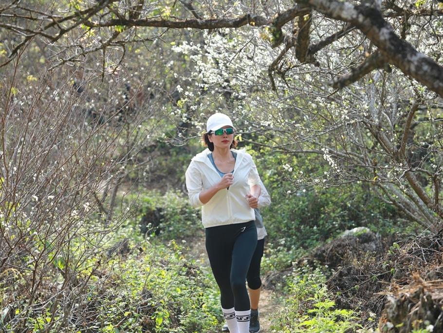 Bella Mai giữ sức khỏe mùa dịch, chạy bộ 10km trong vườn mận phủ trắng xóa ở Mộc Châu