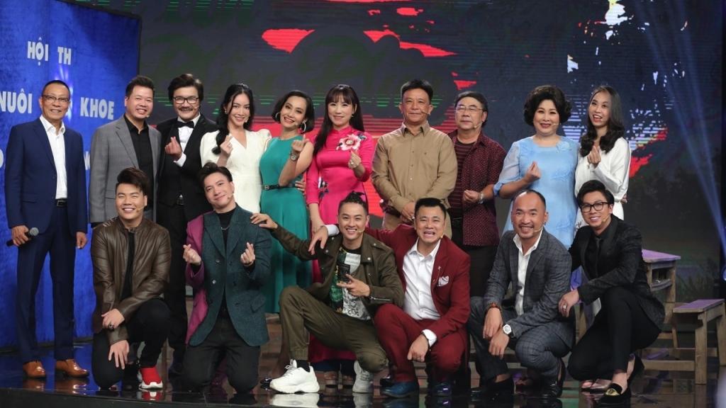 'Ký ức vui vẻ': S.T Sơn Thạch và Mai Thanh Hà giành chiến thắng, tặng cúp cho đạo diễn Trần Ngọc Phong