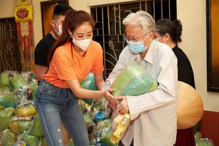 Hoa hậu Khánh Vân cùng ba mẹ trao quà cho người dân có hoàn cảnh khó khăn