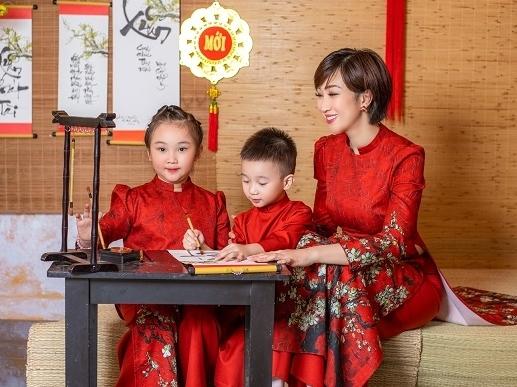 Lều Phương Anh khoe bộ ảnh du xuân sớm cùng hai con tại Sài Gòn