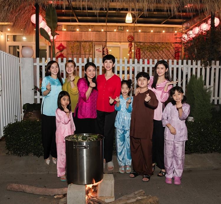 Trương Quỳnh Anh, Xuân Lan, Thân Thúy Hà cùng các con gói bánh chưng rôm rả đón Tết