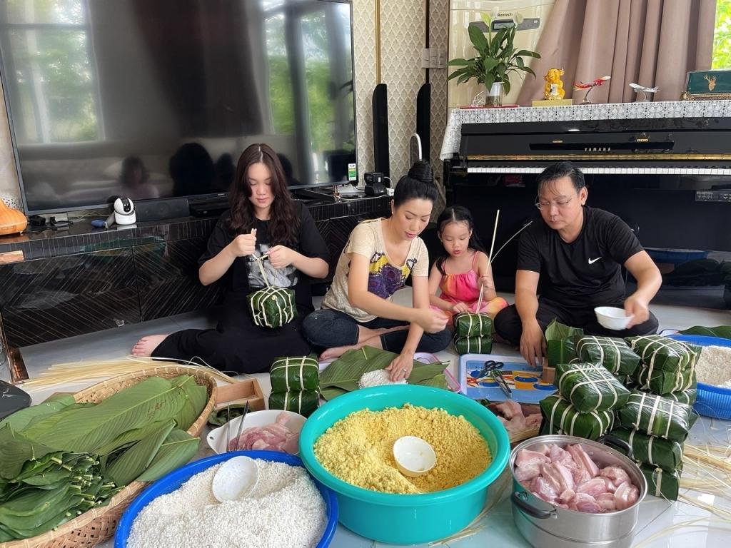 Trịnh Kim Chi khoe ảnh cả nhà gói bánh chưng đón Tết