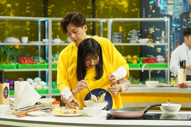 Ngô Kiến Huy và Lynk Lee mặc áo đôi cùng tham gia nấu nướng trong 'Căn bếp vui nhộn'