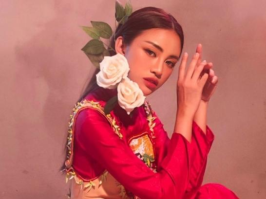 Thiên Nga gây ấn tượng với cách phối áo dài và áo hai dây