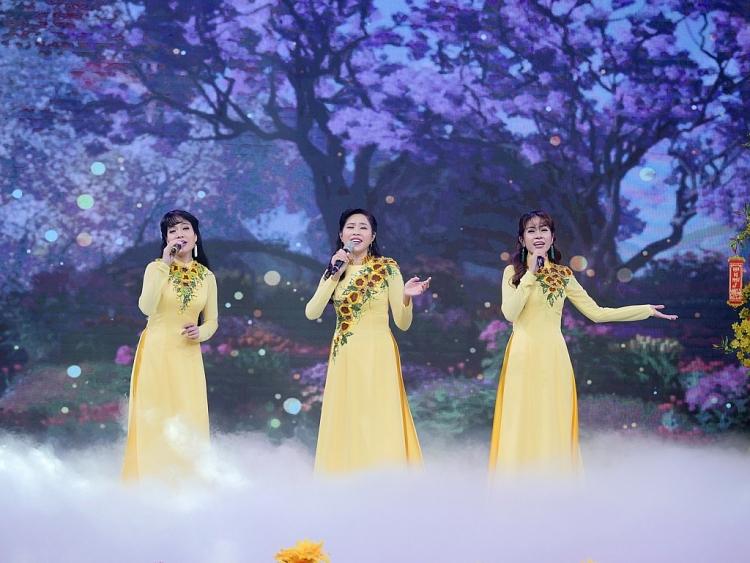 Hòa Hiệp diện áo dài, nô nức 'rước dâu' trong 'Làng hài mở hội mừng xuân'