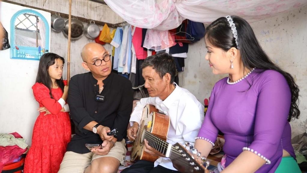 'Sô diễn cuộc đời': Người cha mù kể chuyện cuộc đời bằng chiếc đàn guitar và dòng nhạc Đờn ca tài tử
