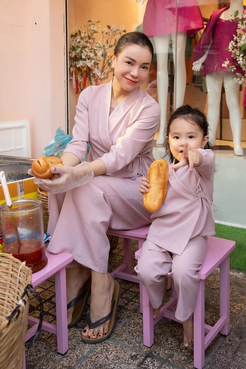 Trà Ngọc Hằng cùng con gái phát đồ chay miễn phí cho người dân