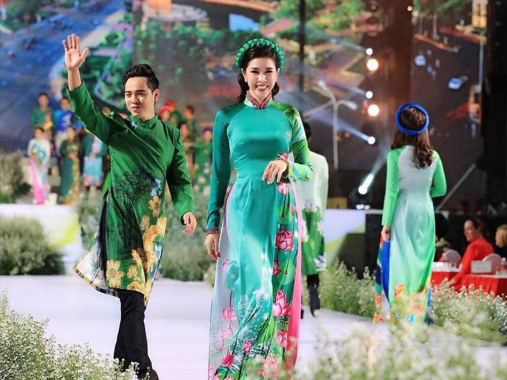 MC Phương Uyên gây ấn tượng khi vừa dẫn chương trình vừa catwalk