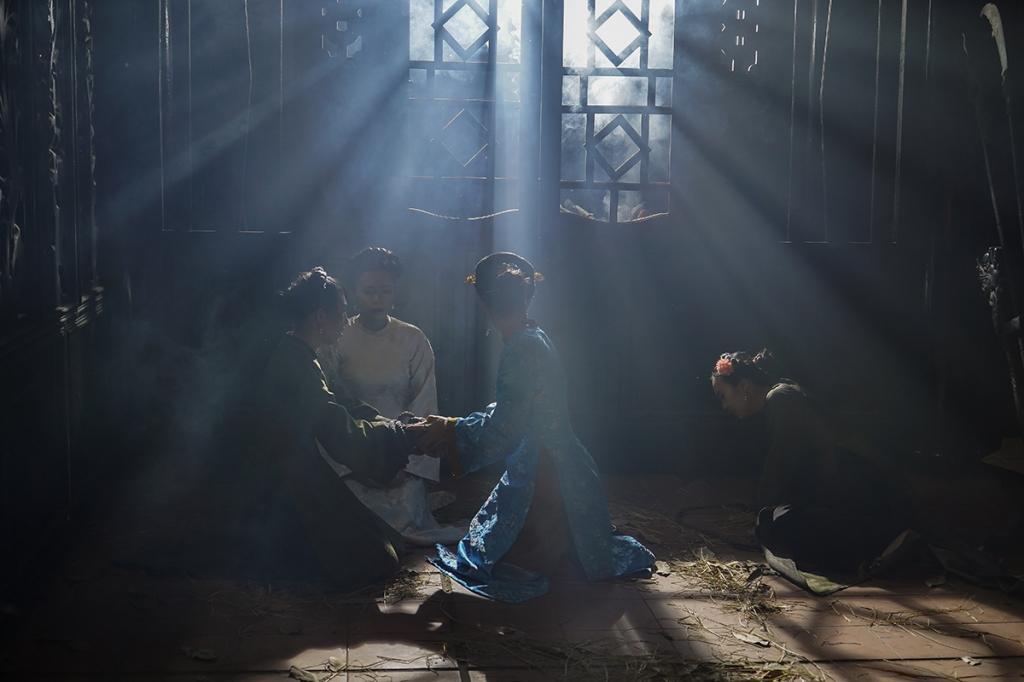 mau va nuoc mat tiep tuc roi xuong trong bi mat truong sanh cung