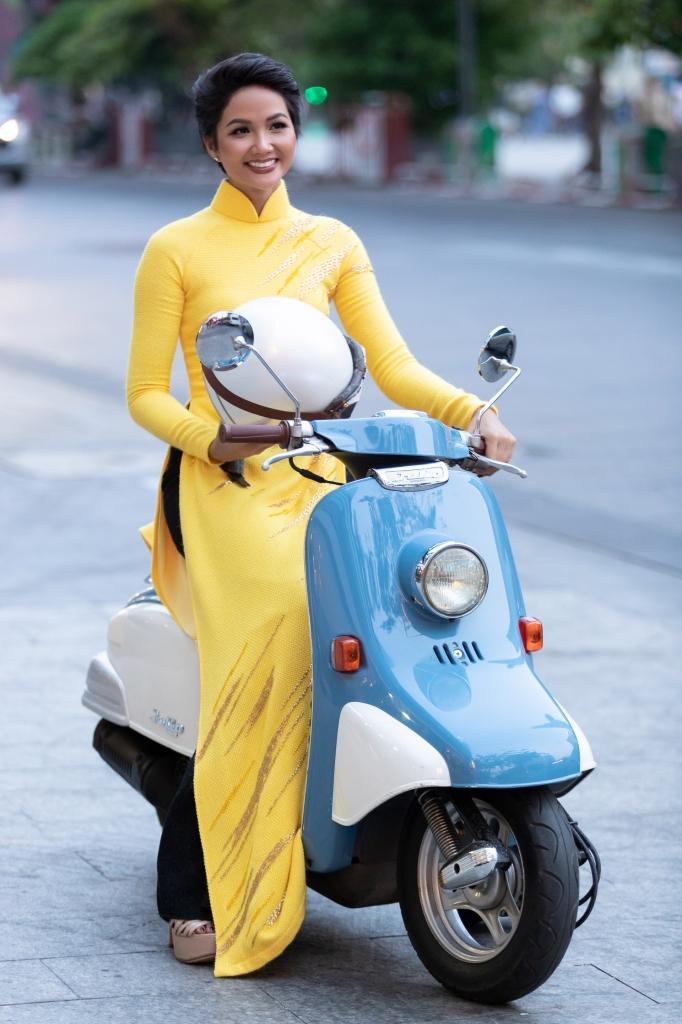 hoa hau hhen nie mac ao dai tu chay xe may den chuong trinh le hoi ao dai