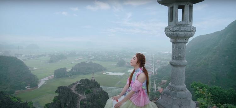 Hoàng Duyên: Tân binh Genz chào sân với hình tượng 'thiếu nữ hoa sen'