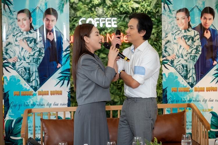 Phi Nhung tặng Mạnh Quỳnh 'nụ hôn ban đầu'
