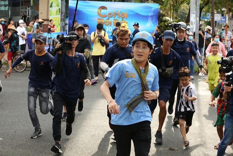 Huỳnh Lập cùng Phương Mỹ Chi vượt thử thách giúp người nghèo