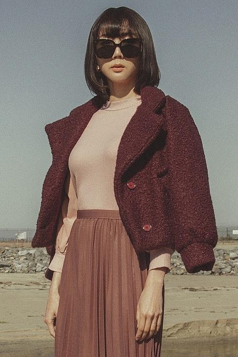 'Mẹ đơn thân' Ngọc Quyên phối váy midi dạo biển Huntington