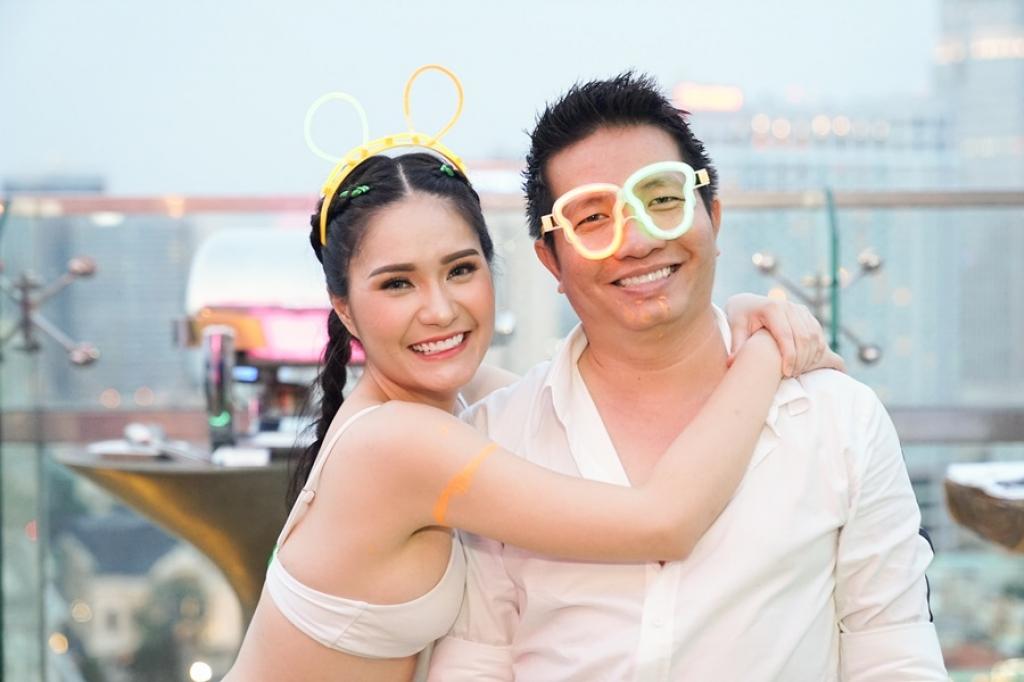 roi showbiz di bang song hanh phuc ben chong va hai cong chua nho