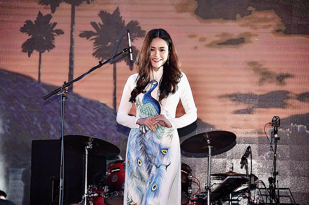 miss ao dai hieu hoa hanh phuc khi mang chuong sang danh xu nguoi