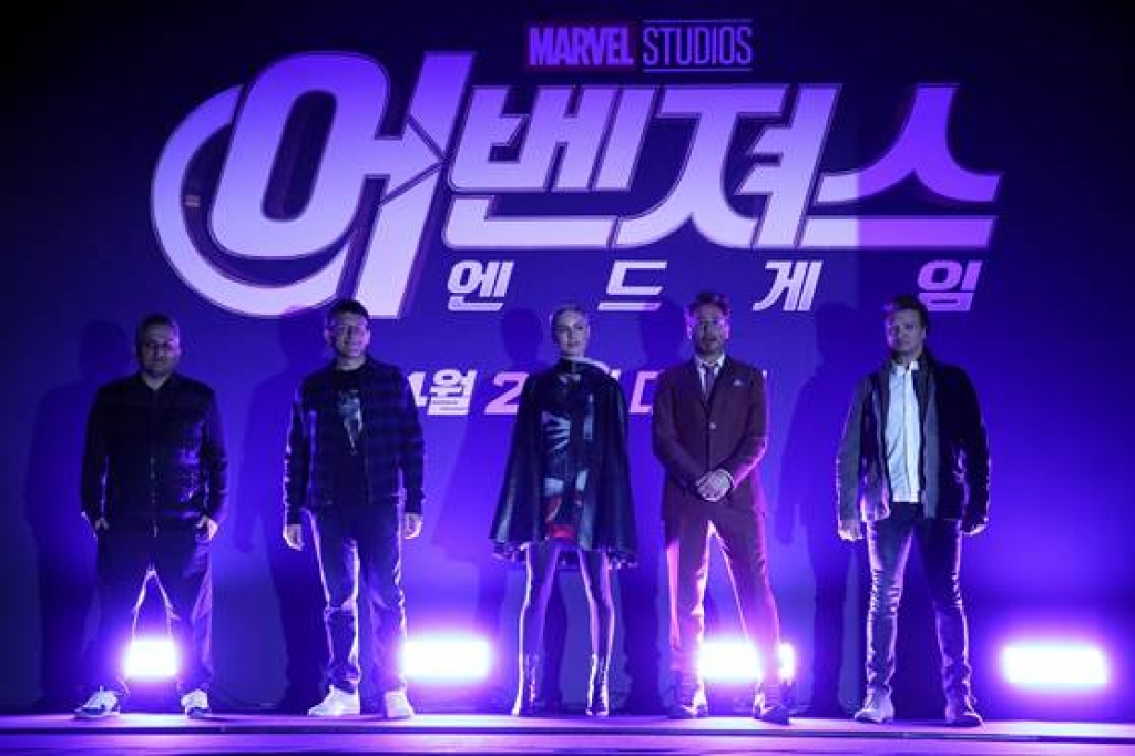 robert downey jr chao san voi dieu nhay la lung trong hop bao avengers endgame tai han quoc