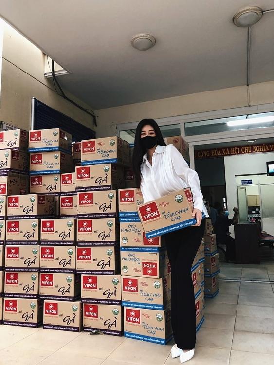 hoa hau khanh van cung me trao 200 phan qua cho nguoi dan tai tphcm